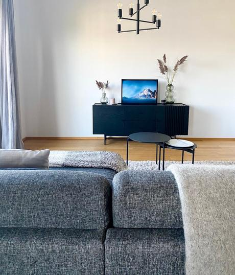 salon moderne meuble buffet noir scandinave canapé gris chiné - déco clemaroundthecorner
