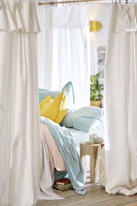 cloison amovible rideaux blancs chambre style bohème parquet bois lamé blog déco