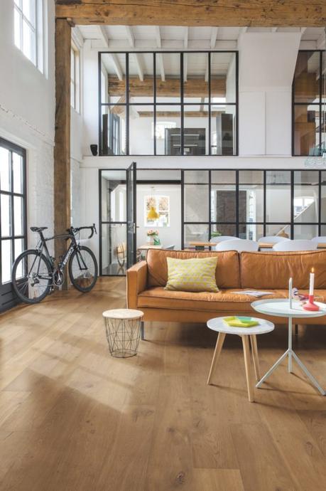 duplex industriel cloison fixe verrière poutre en bois brut canapé cuir marron camel