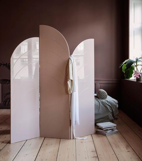 cloison amovible design contemporain arrondie violet parquet en bois brut déco chambre