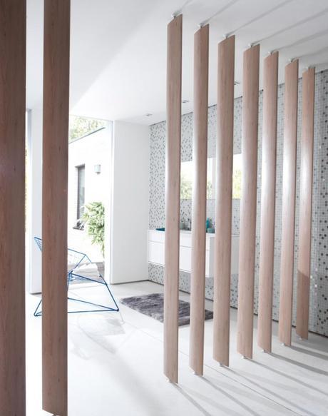 cloison lames orientables bois naturel claire séparation chambre salle de bain