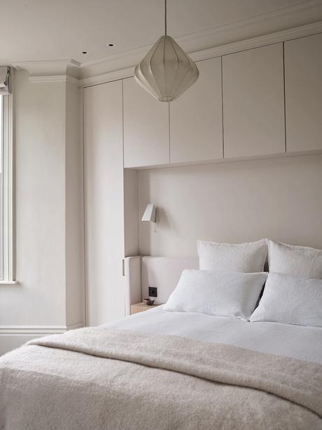 chambre toute blanche cassé nude tête lit niche placard encastré cadre