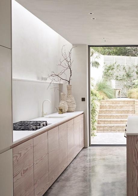 cuisine longueur sol brut béton meuble bois plan de travail marbre cosentino