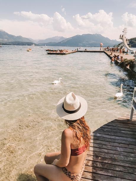 Perrine est entrain de regarder les cygnes du lac d'Annecy