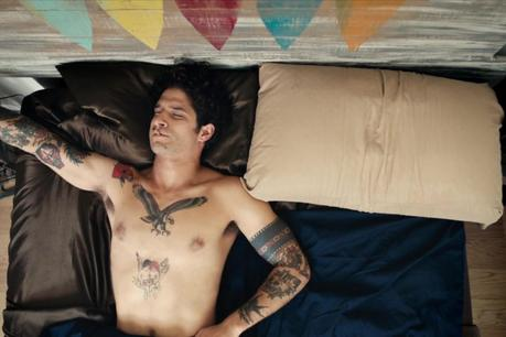 "OUPS : Tyler Posey se défringue dans ""Alone"""