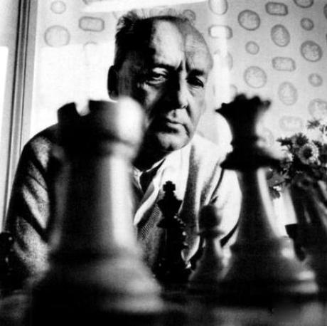 « Ce n'est pas pour s'amuser qu'il joue aux échecs : il célèbre un culte. » affirmait Vladimir Nabokov (1899-1977)
