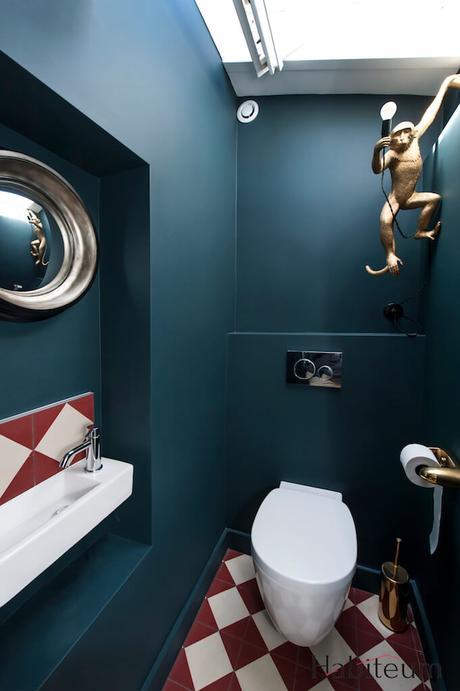 design wc toilettes originaux bleu canard carrelage triangle blanc rouge bordeaux lave-main extra fin étroit