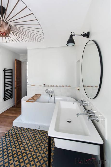 salle de bain vintage carreau ciment jaune bleu foncé lampe murale chapeau cuivre