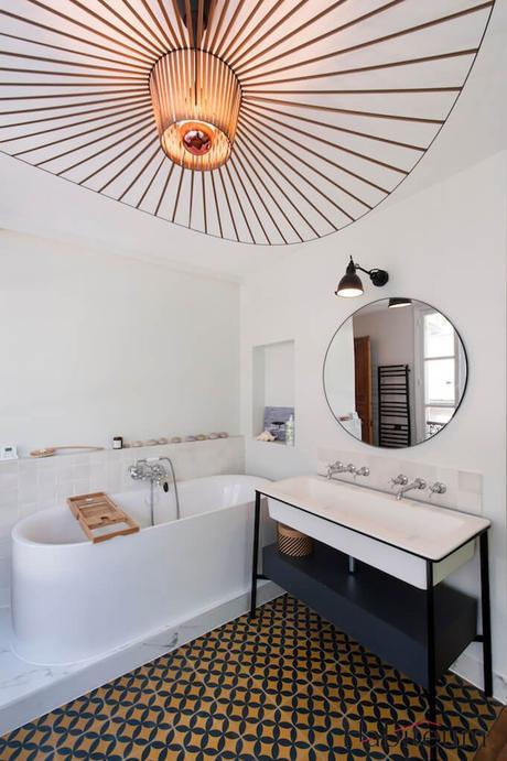 salle de bain rétro baignoire ilôt suspension lampe vertigo - blog décoration - clem around the corner