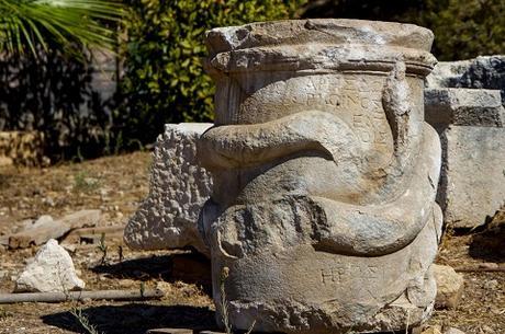 Un autel avec une représentation de serpent vieux de 2000 ans découvert dans l'ancienne ville de Patara en Turquie