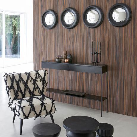 fauteuil laine motif kilim bohème frange noir écru salon mur acajou