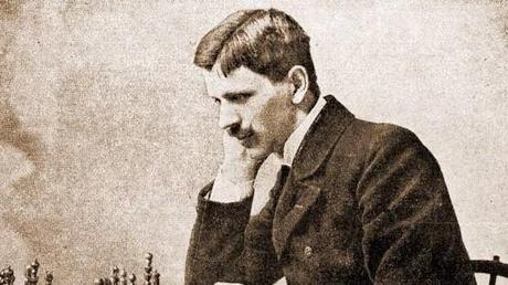 Aux échecs, le grand maître du confinement se nomme Géza Maróczy (1870-1951). Professeur de mathématiques et ingénieur hongrois, il a donné son nom à l'étau de Maróczy.