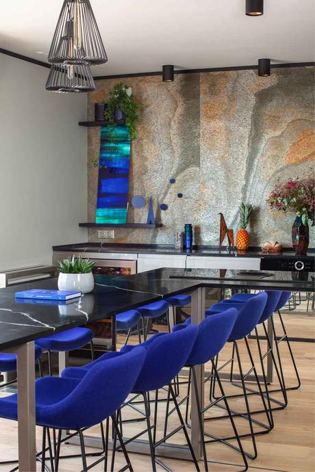 table salle à manger prolongation ilot central marbre noir chaise tabouret bar bleu Klein électrique