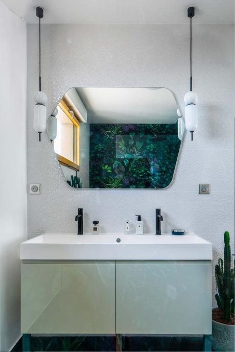 salle de bain grise vert eau classique chic détail jungle carrelage grès cérame impression