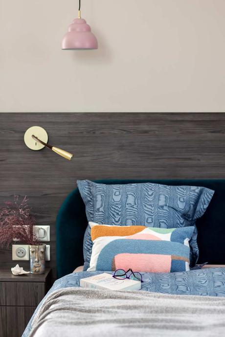 décoration singulière chambre bois gris tête de lit applique laiton suspension rose linge bleu marbre tie dye