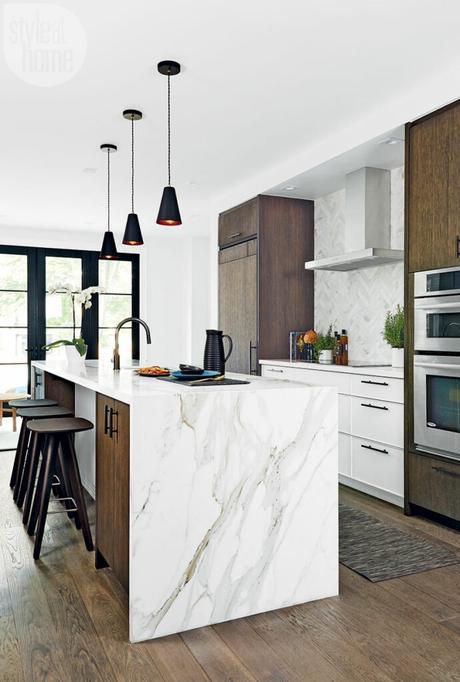 blog déco bois et blanc cuisine ouverte bar marbre tabouret haut bois foncé inspiration déco intérieure