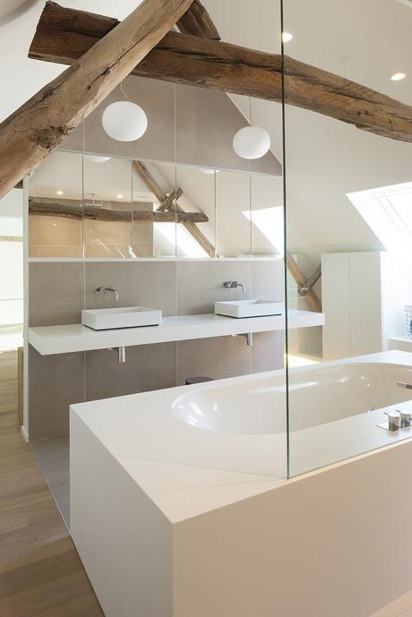 salle de bain poutre en bois brut apparent baignoire rectangle blanc porte vitrée