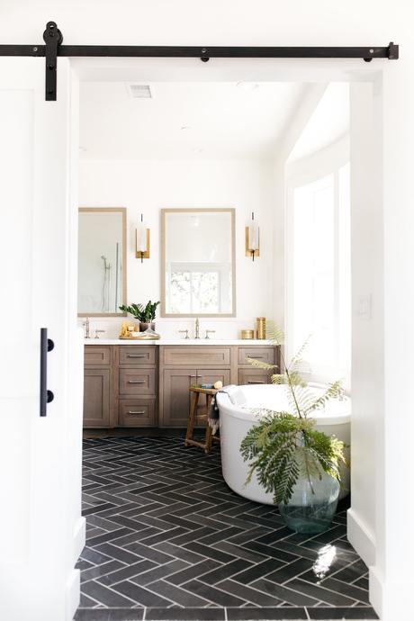 blog déco salle de bain vintage meuble bois sol carrelage noir graphique baignoire ronde