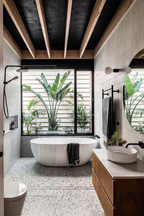salle de bain végétale sol tacheté noir baignoire ronde ovale poutre apparente blog clematc