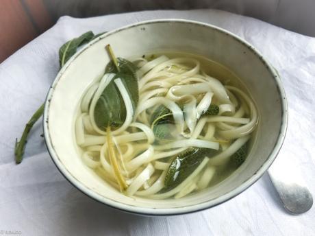 Provence et Japon dans un bol – Aïgo boulido et udon (soupe d'ail et de sauge)