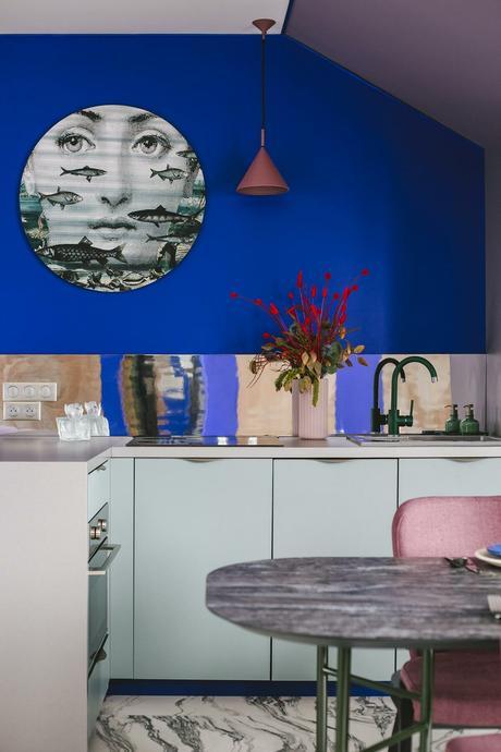 cuisine multicolore bleu électrique peinture murale meuble vert eau amande pastel chaise rose vieux