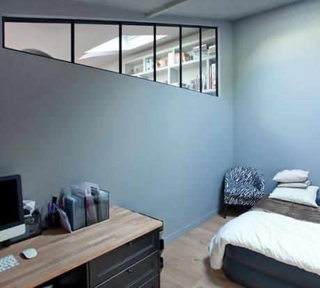 chambre bureau verrière géométrique mur bleu