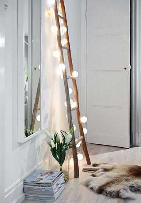 chambre échelle bois guirlandes lumineuses miroir tapis peau animaux clematc