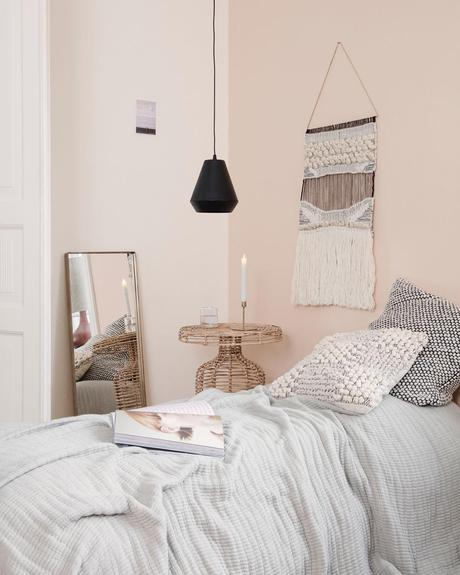 chambre mur crème vieux rose miroir rectangulaire coussin brodé table basse ronde osier
