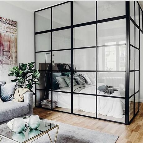 chambre sans fenêtre cloison verrière métallique noir salon gris moderne