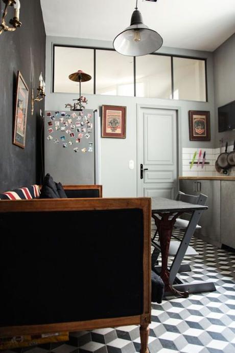 cuisine grise fenêtre hauteur sol géométrique canapé bois