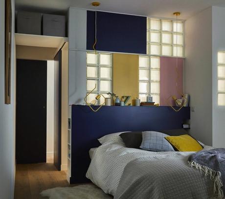 chambre coloré déco mixte rose jaune bleu foncé pavé de verre