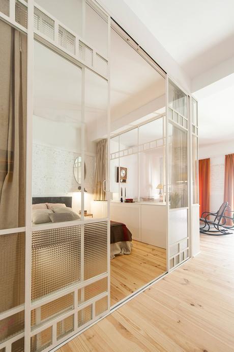 chambre sans fenêtres lumineuse cloison coulissante blanche parquet bois lamé