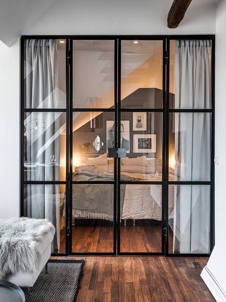 chambre déco moderne parquet bois verrière noir rideau gris