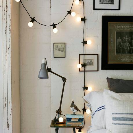 chambre sans fenêtre astuce déco intérieure guirlande lumineuse lampe de chevet noir métallique