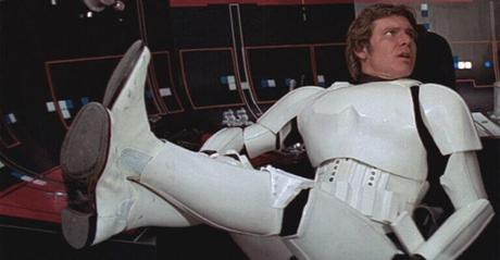 Han Solo dans un uniforme  Stormtrooper comportant des Chelsea boots blanches peintes
