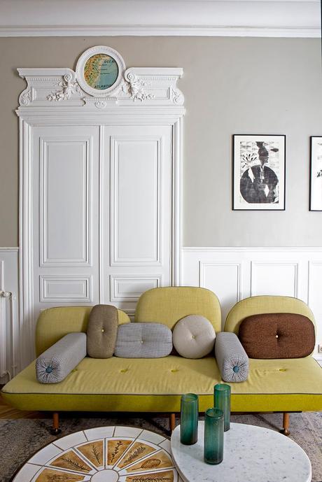 imposte porte style II appartement moulure canapé banquette jaune moutarde pied-de-poule