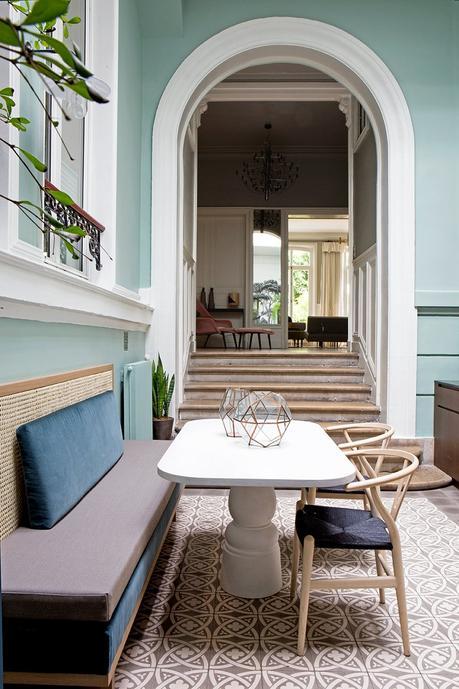 cuisine mur vert menthe pastel salle à manger banc banquette cannage carreaux ciment