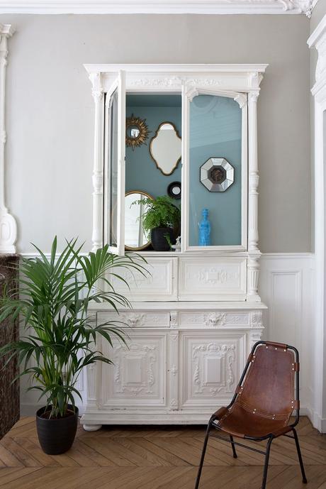 armoire parisienne style henri ii blanche moulure boiserie vitrine - blog brocante clem around the corner