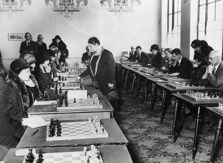 Vera Menchik affronte 20 adversaires simultanément à l'Empire Social Chess Club de Londres en 1931. (Bettmann Archive)