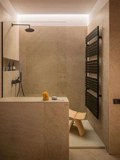 salle de bain noir mat douche à l'italienne porte-serviette chauffant carrelage pierre rose