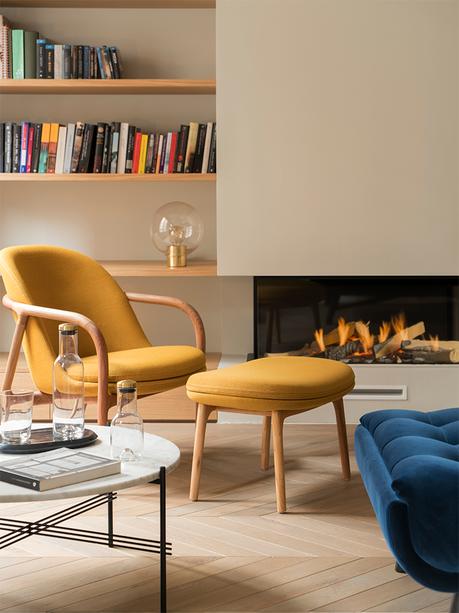 coin lecture maison à Barcelone cheminée fauteuil jaune moutarde bois