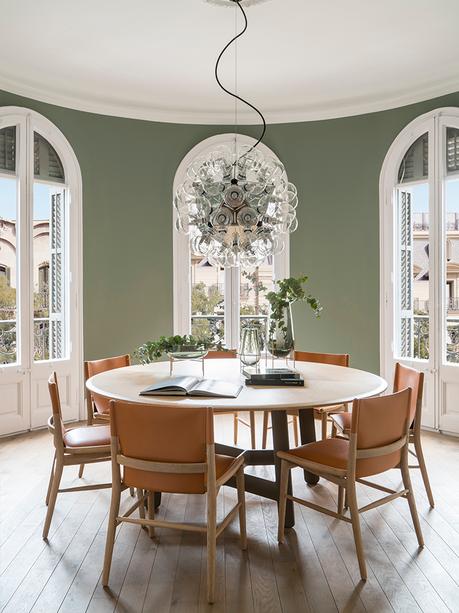 salle à manger ronde mur vert clair meuble table bois suspension bulle verre
