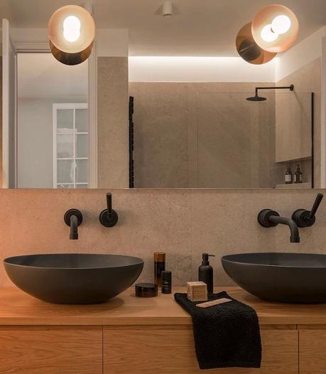 maison à Barcelone à louer salle de bain design noire vasque masque moderne
