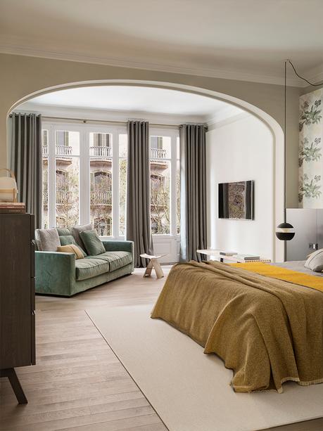 chambre parentale principale coin cosy canapé velours vert clair maison à Barcelone