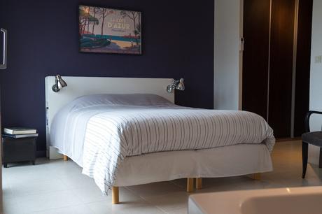 avant chambre carrelage blanc mur violet tête de lit rangement bibliothèque