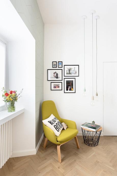 espace lecture fauteuil jaune moutarde papier peint Ferm Living vert pastel motif géométrique doré ligne