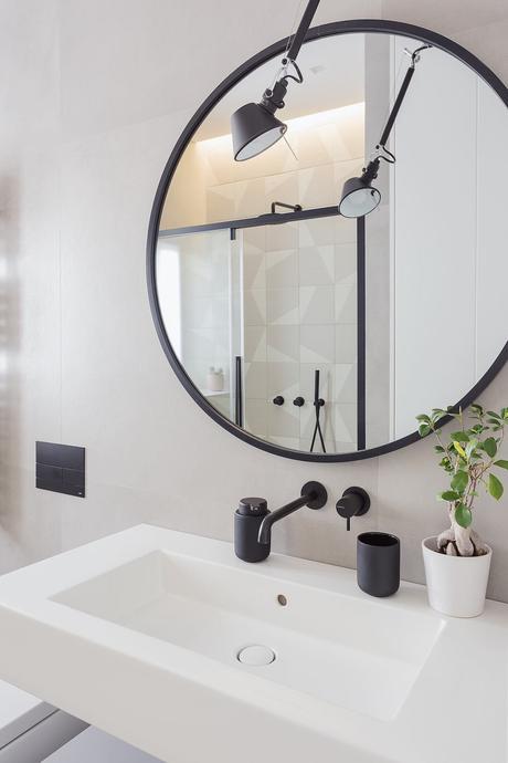 salle de bain blanche noire mat vasque suspendue miroir rond applique industrielle