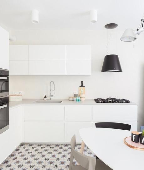 cuisine blanche noir carreaux ciment bleu rosace bordeaux terracotta