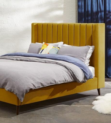 tête de lit matelassé jaune moutarde velours tapis fourrure blanche blog déco