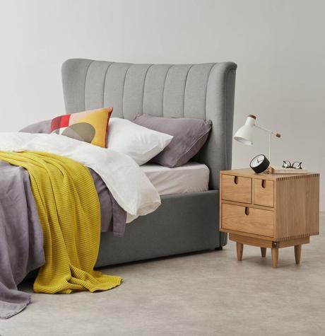 lit double gris plaid jaune table de chevet bois